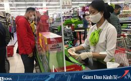 Sợ Covid-19 lây lan, siêu thị lớn tại Hà Nội dựng vách ngăn, dán miếng giữ khoảng cách