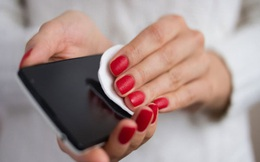 Bất kỳ đồ dùng nào cũng có thể trở thành vật lây nhiễm COVID-19, tìm hiểu ngay cách làm sạch điện thoại để tránh rước bệnh vào người