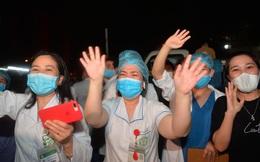 0h ngày 12/4, Bệnh viện Bạch Mai chính thức được dỡ bỏ lệnh phong toả: Hàng trăm y bác sĩ bật khóc vì được về với gia đình