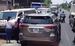 CLIP: Bức xúc tài xế ôtô chạy lấn làn, ép xe cứu thương vào lề đường