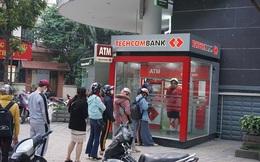 Hà Nội: Xếp hàng rút tiền tại ATM, 'phớt lờ' Covid-19