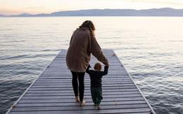 """Cậu bé """"thiểu năng trí tuệ"""" bị thầy đuổi học nhưng trở thành thiên tài vĩ đại nhất thế giới nhờ thứ này của mẹ"""