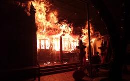Hà Nội: Đền Quan Tam Lâm Du ở Long Biên cháy dữ dội trong đêm