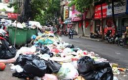 Hà Nội: Rác chất thành đống tràn ra khắp đường phố, nhiều người phải di tản vì phát ốm với mùi hôi thối