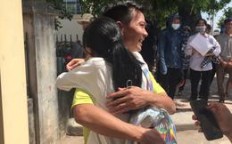 Cha đón con gái ra khỏi phòng thi bằng nụ cười rạng rỡ, dù kết quả thế nào con vẫn là người chiến thắng!