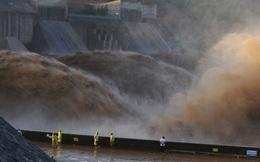 """Mưa rơi như trút, lũ lụt kinh hoàng: Hé lộ thứ """"tiếp tay"""" cho thảm họa thiên nhiên tại TQ"""