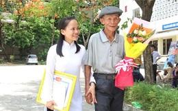 Xúc động câu chuyện về bức ảnh cha già khắc khổ ôm hoa đứng sau cánh gà trong ngày lễ tốt nghiệp của con gái