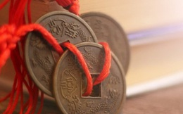 Nghèo đến nỗi phải nghỉ học, chàng trai trẻ không ngờ đổi đời sau khi nhặt được 1 đồng xu cũ kỹ