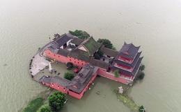 """Nước lũ vây khốn, """"chốn bồng lai tiên cảnh"""" của TQ biến thành con thuyền lênh đênh trên mặt hồ"""