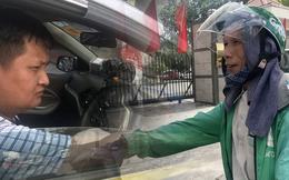 Tài xế taxi, xe ôm vắng khách, cả ngày vật vạ ngoài đường dưới cái nắng nóng trên 50 độ của Thủ đô