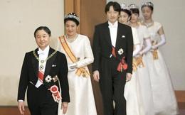 Gia đình Hoàng gia Nhật tổ chức tiệc mừng năm mới, xuất hiện ấn tượng trước dân chúng, đáng chú ý nhất là màn đọ sắc giữa các thành viên nữ