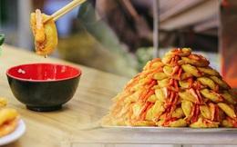 Lên sóng cả CNN, bánh tôm hồ Tây có gì mà tạo nên nét riêng ẩm thực Hà thành và thu hút bạn bè thế giới đến vậy?