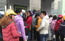Công nhân khu công nghiệp chen chúc xếp hàng chờ rút tiền tại ATM