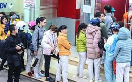 """Chùm ảnh: Khổ sở """"rồng rắn"""" xếp hàng tại trạm ATM chờ rút tiền ngày cận Tết Canh Tý"""