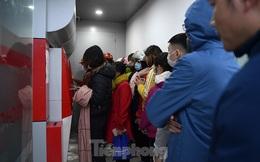 Cây ATM báo lỗi khi công nhân rồng rắn xếp hàng rút tiền ngày cuối năm