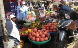 Trái cây 'khổng lồ' gắn mác ngoại bày bán giá rẻ trên vỉa hè Sài Gòn