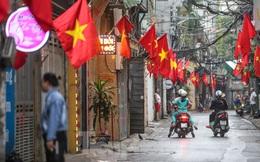 Phố phường Thủ đô rực rỡ cờ đỏ sao vàng ngày 30 Tết