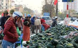 Tạm dừng thông quan nhiều cửa khẩu vì virus corona, dưa hấu quay đầu về Hà Nội bán rẻ?