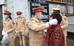 [Ảnh] Người đi đường Hà Nội bất ngờ khi nhận được khẩu trang miễn phí từ CSGT