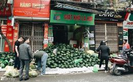 """Sống đẹp như người Hà Nội: Dù đang căng thẳng dịch Corona nhưng vẫn đeo khẩu trang đi """"giải cứu"""" dưa hấu của nông dân vì dịch bệnh mà không được xuất khẩu"""