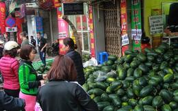 Không thể xuất khẩu do virus corona, dưa hấu được mang về thủ đô giải cứu với mức giá siêu rẻ 8.000 đồng/kg