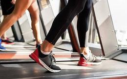 Không thể ra ngoài tập thể dục vì lo ngại coronavirus, anh thanh niên quyết định chạy 50km vòng quanh 2 chiếc bàn ngay trong nhà mình