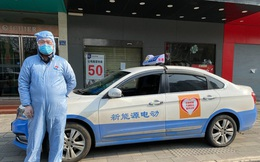 Tài xế tình nguyện ở Vũ Hán: Bị dân làng hắt hủi, lái xe miễn phí 12 giờ mỗi ngày và tiết lộ những điều đau lòng ít ai biết