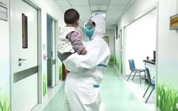 """Câu chuyện về bé 6 tháng tuổi bị nhiễm virus corona phải ở một mình trong viện khi gia đình bị cách ly với những người mẹ """"tạm thời"""""""