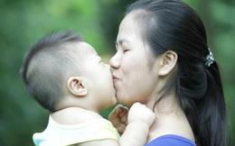 Bố mẹ đi làm cả ngày tiếp xúc với nhiều người, về nhà có cần hạn chế ôm hôn con để phòng lây virus corona hay không?