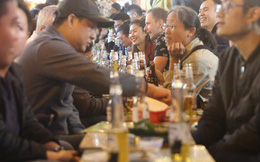 Người dân bắt đầu chủ quan giữa dịch Covid-19: phố Tạ Hiện vẫn đông đúc người ăn nhậu, nhân viên cafe không đeo khẩu trang