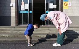Khoảnh khắc ấm áp bé trai 3 tuổi cúi người cảm ơn y tá đã chăm sóc mình khiến dân mạng liên tưởng đến bức ảnh tương tự hơn 100 năm trước