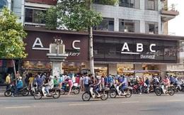 """Người Sài Gòn xếp hàng dài đợi mua bánh mì thanh long nhân sầu riêng 6 Ri của """"vua bánh mì"""" Kao Siêu Lực"""