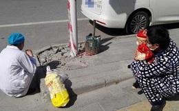 """Người TQ rơi nước mắt vì """"cuộc đoàn tụ bên lề đường"""": Nữ y tá không dám gần chồng con, ngồi xổm ăn vội đồ ăn mẹ chồng chuẩn bị"""