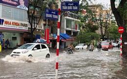 Nhiều tuyến phố Hà Nội mênh mông nước sau cơn mưa lớn