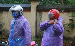 """CLIP: Ngày đầu hết cách ly, người dân xã Sơn Lôi đội mưa xin """"giấy thông hành"""" để đi làm việc"""