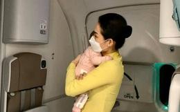 Phía sau hình ảnh xúc động về nữ tiếp viên hàng không ẵm cháu bé trên chuyến bay về nước tránh dịch: Khi bế con ru con ngủ mình cảm nhận được nỗi niềm người mẹ