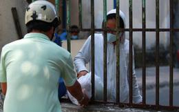 [ẢNH] Phong toả chung cư có ca nhiễm Covid-19 thứ 48 ở Sài Gòn, cư dân nhận tiếp tế lương thực qua hàng rào