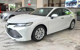 Toyota Camry giảm giá hàng chục triệu đồng tại đại lý trước sức ép của Mercedes-Benz C 180 và loạt sedan hạng D dồn dập khuyến mại