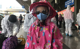 Người dân mặc đồ bảo hộ kín mít ra sân bay, ga quốc tế Tân Sơn Nhất hoang vắng lạ thường