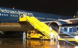Tâm sự của nhân viên đầu tiên gõ cửa cửa máy bay đón người từ vùng dịch Covid-19 trở về
