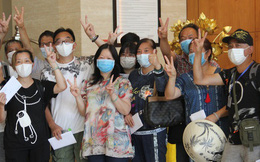 """Du khách nước ngoài vui mừng rời khu cách ly ở Đà Nẵng: """"Cảm ơn các bạn, chúng tôi sẽ quay lại vào một ngày thuận lợi hơn"""""""