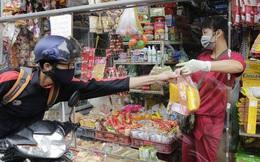 """Ảnh: Chủ cửa hàng sống gần khu phố cách ly ở Hà Nội tung """"chiêu độc"""" để phòng chống dịch Covid-19"""