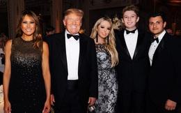 """Quý tử Barron Trump hiếm hoi lộ ảnh nở nụ cười tươi rạng rỡ khiến cộng động mạng xuýt xoa trong khi con gái Tổng thống Mỹ cũng """"lột xác"""" không kém"""