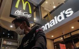 """""""Chúng tôi còn biết đi đâu?"""" - người vô gia cư Hong Kong mất nơi trú ẩn cuối cùng khi loạt cửa hàng McDonald's đóng cửa phòng dịch Covid-19"""