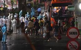 [Ảnh] Đoàn xe ô tô đưa hàng trăm người rời viện Bạch Mai sau khi phun tiêu trùng, khử độc