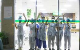 Hình ảnh các y bác sĩ tại Bệnh viện Bạch Mai vẫy tay chào qua cửa kính: Họ đang ngày đêm chiến đấu ở tuyến đầu nhưng vẫn luôn lạc quan như vậy