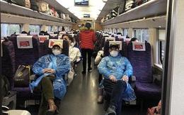Chuyến tàu quay lại Vũ Hán sau những ngày dịch bệnh: Thông hành bằng mã QR, hành khách còn mặc cả áo mưa và kính bảo hộ