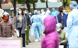 Hàng trăm người dân xếp hàng đợi xét nghiệm nhanh COVID-19 có kết quả trong 10 phút ở Hà Nội