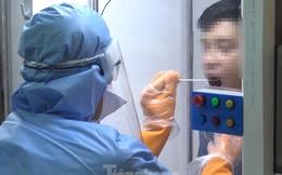 Cận cảnh quy trình lấy mẫu xét nghiệm SARS-CoV-2 bằng cabin tự chế của bác sĩ