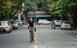 Chùm ảnh: Hà Nội đón mưa dày hạt do không khí lạnh, đường phố càng thêm vắng vẻ giữa những ngày cách ly xã hội